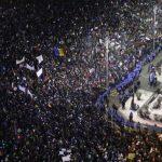 """""""Iubirea de țară, în stradă se măsoară"""". Peste 300.000 de oameni au ieșit în stradă pentru a protesta împotriva adoptării OUG de modificare a Codurilor penale."""