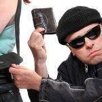 Roma, încercuiesc o femeie pentru a-i fura portofelul, arestați 4 români.