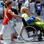 Cine sunt, ce fac și cum trăiesc îngrijitoarele de bătrâni din familiile italiane.