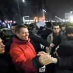 VIDEO – România, peste 20.000 de oameni în stradă! Klaus Iohannis a fost în Piaţa Universităţii alături de protestatari