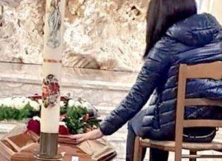 Mamma Violetei Senchiu la înmormântarea fiicei sale. Sursa foto: La Città di Salerno - www.lacittadisalerno.it